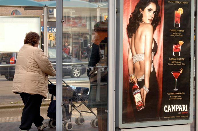De Metropoolregio gaat over de reclames in bushaltes. Alcoholreclames zijn beperkt.