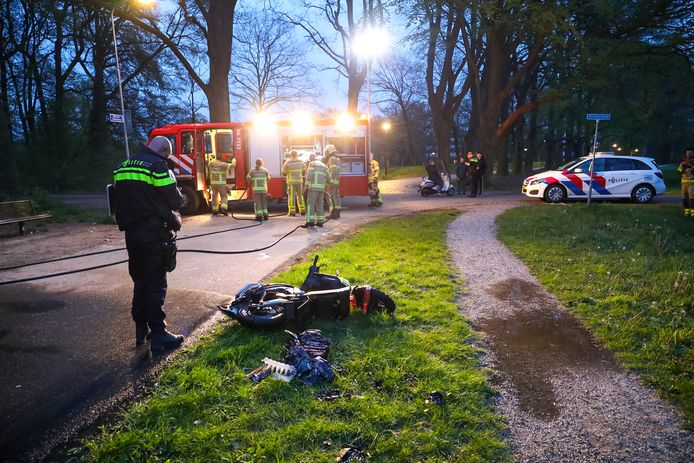 Aan de Meester Zwiersweg in Twello werd een deelscooter van het bedrijf Go Sharing in de fik gezet. De politie was te laat om een groepje in de kraag te vatten.
