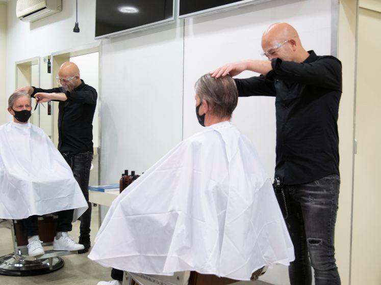 Eindelijk, de kappers open: Geert gaat in alle vroegte de deur uit voor een frisse coupe