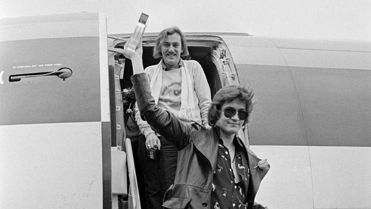 Shay Healy en zanger Johnny Logan bij hun triomfantelijke terugkeer in Dublin na het winnen van het Eurovisie Songfestival van 1980. Beeld Getty