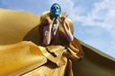 Golden Dress 2021, een ontwerp van Mattijs van Bergen. De tentoonstelling Royal Fashion Design is in de Grote Kerk van Breda te zien van 29 mei tot en met 29 augustus.