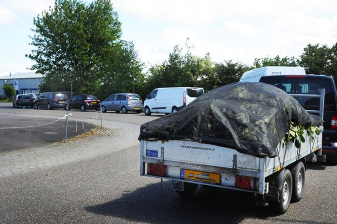Het is al weken druk bij de milieustraat in Zierikzee, zoals ook in Serooskerke op deze foto.
