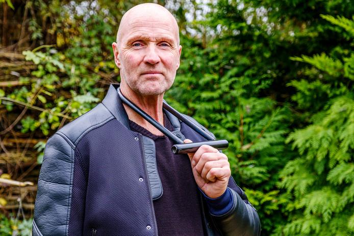 Cor Mastwijk uit Vinkeveen poseerde vorige week nog na de gijzeling met het fietsslot waarmee hij zich aan de dienstauto van de minister ketende. Maandag begon hij met een vreedzame hongerstaking.