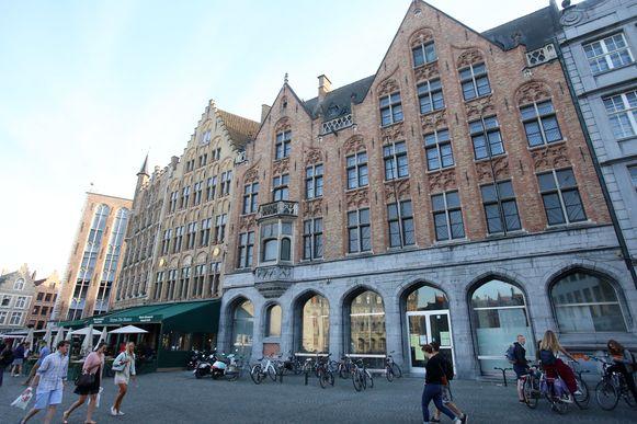 In dit pand op de Grote Markt komt een Kruidvatwinkel.