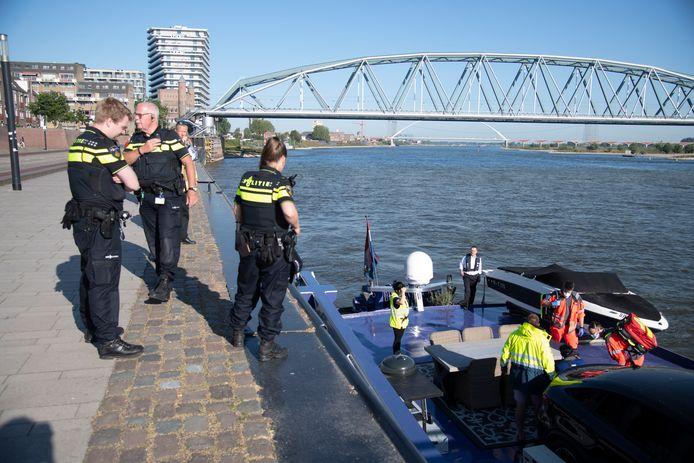 Een matroos is in de Waal gevallen bij Nijmegen.