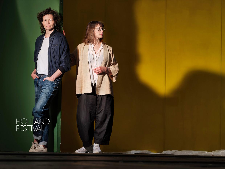 Links Suzan Boogaerdt, rechts Bianca van der Schoot, samen het mimeduo BVDS