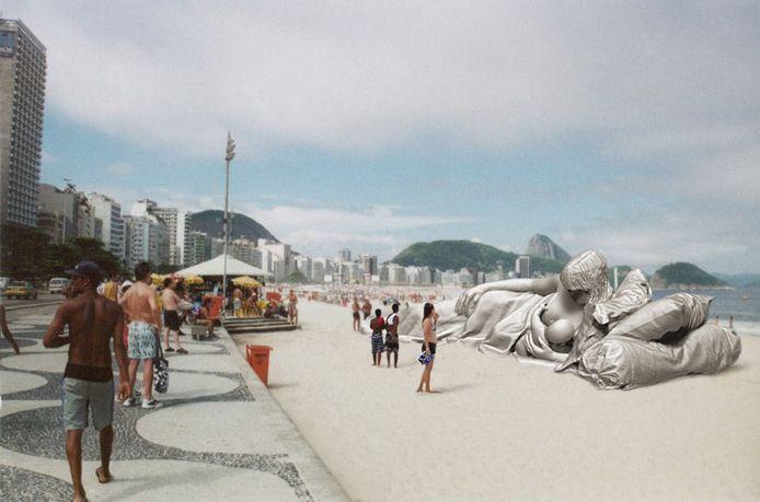 Zo komt de 'plastic Madonna' aan het strand van Rio te liggen.