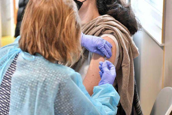 Polen will die Resistenz gegen Coronavirus-Impfungen brechen, indem es Gesundheitspersonal zur Einnahme einer Dosis auffordert.