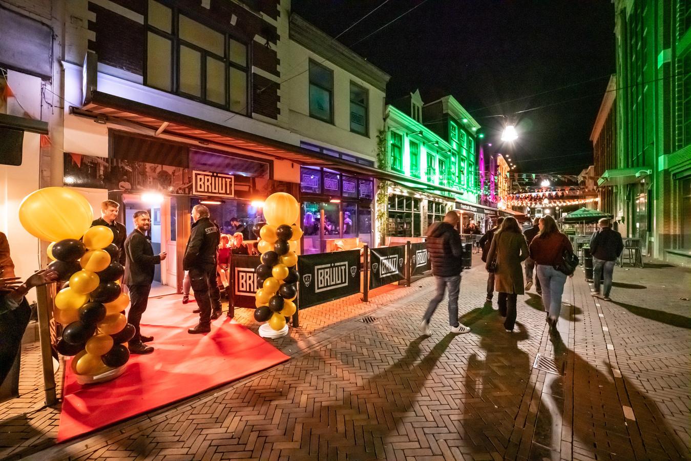 Beveiligers van BKBD aan de deur van café Bruut in De Voorstraat bij de heropening in mei 2019 nadat het Bibob-onderzoek was afgerond. Tweede van links is eigenaar Bob Kooistra van beide bedrijven.