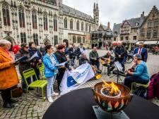 Koor van Blindenzorg Licht & Liefde zorgt voor klein optreden op de Burg, als aankondiging van de World Choir Games