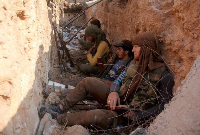 Strijders van al-Nusra zitten in een loopgraaf (foto ter illustratie).