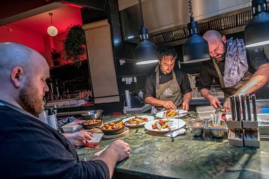 'Café met keuken', klinkt het nuchter. Maar aan het menu is de culinaire inslag af te lezen.