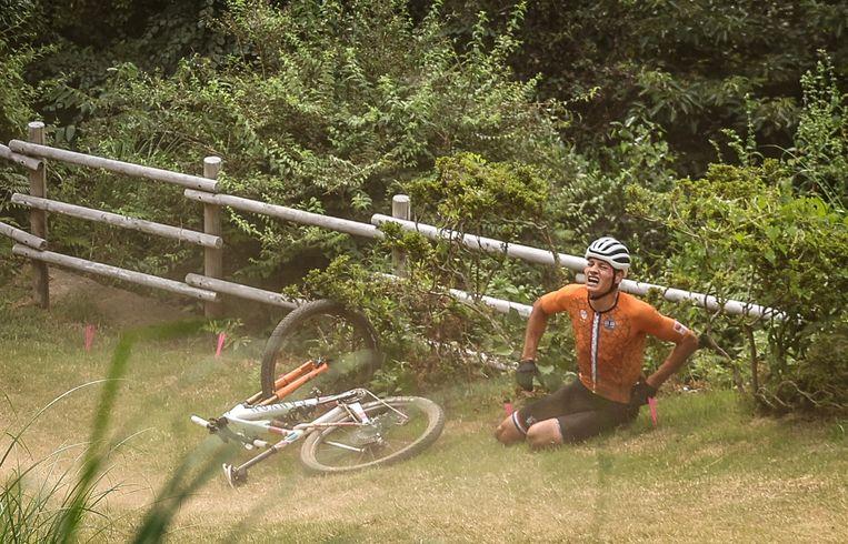 Mathieu van der Poel na zijn val op de 'Sakura Drop' in het olympisch mountainbikeparcours in Izu. Beeld Reuters