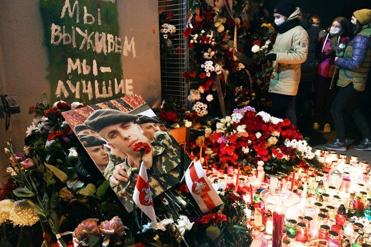 Een herdenking donderdagavond op het 'Plein van Veranderingen' in Minsk van weer een dodelijke slachtoffer van de repressie in Belarus.  Beeld AFP