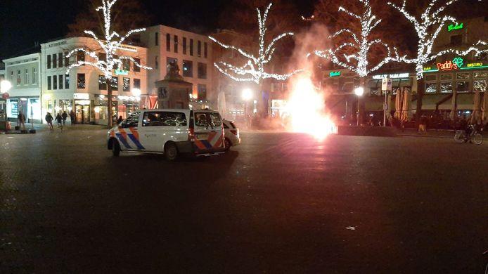 Vuurwerk op de Oude Markt in Enschede zondagavond.