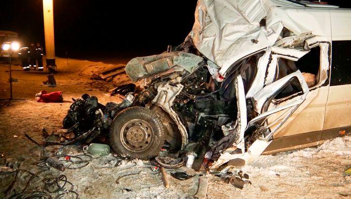 In de Russische stad Syzran lieten twaalf mensen het leven in een verkeersongeval tussen een vrachtwagen en een mini-bus. Elf passagiers raakten zwaargewond.