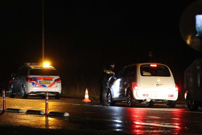 De politie controleert al sinds dinsdag 's avonds de toegangswegen naar Urk. 'Ongewenste bezoekers' worden teruggestuurd.