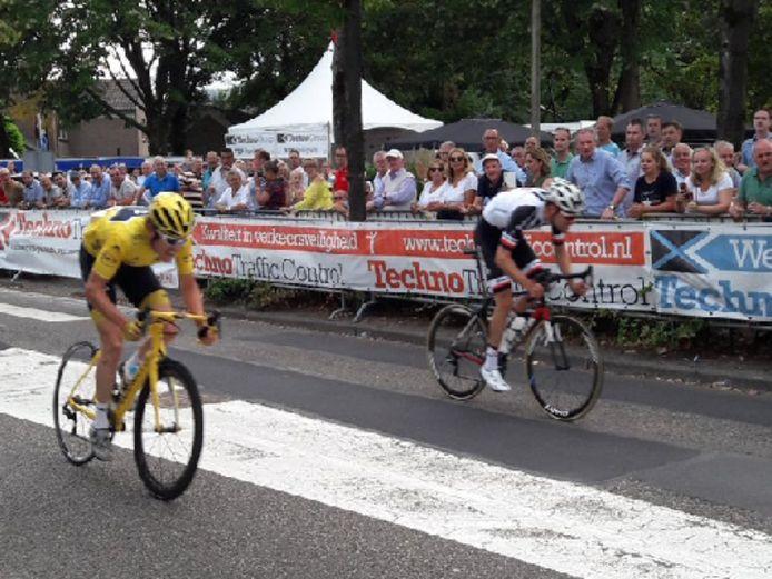 In de laatste meters gaat Tom Dumoulin Geraint Thomas voorbij bij de puntenkoers en wint zo de Profwielerronde van Etten-Leur.