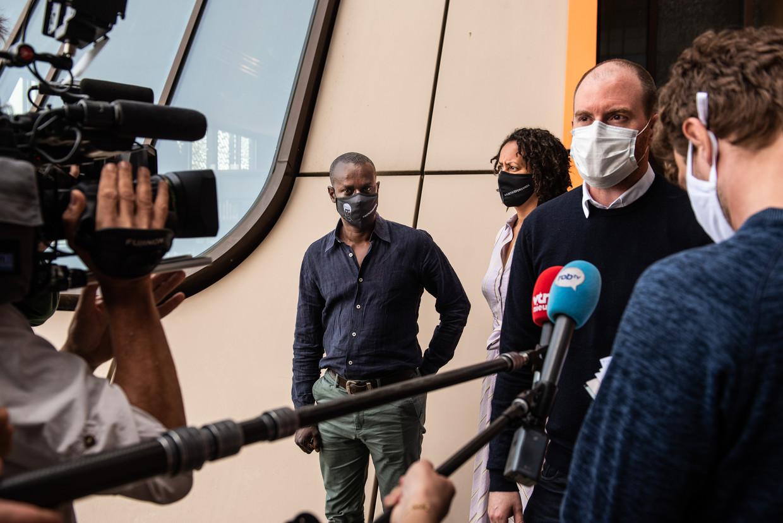 Sven De Baere, advocaat vader Sanda dia, staat de pers te woord.  Beeld Wouter Maeckelberghe