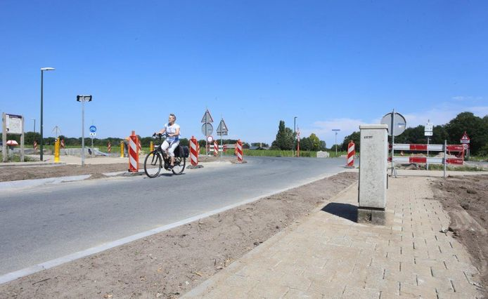 Bij de kruising van Guldenberg en Nieuwkuijkseweg in Helvoirt wordt het gloednieuwe fietspad verlegd omdat het te duur is om een elektriciteitskast van KPN te verplaatsen.