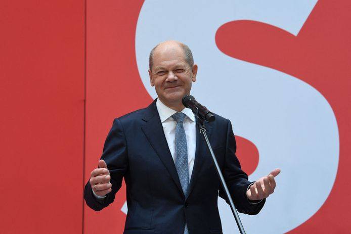 Le vice-chancelier et candidat à la chancellerie du parti social-démocrate SPD, Olaf Scholz, fait une déclaration à la presse avant une réunion de la direction du SPD au siège du parti à Berlin, le 27 septembre 2021, un jour après les élections générales.