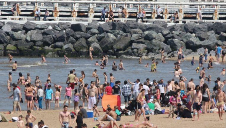 Heel wat zonnekloppers negeerden afgelopen weekend het zwemverbod in Oostende. Beeld Henk Deleu