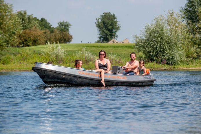 Vakantiepark Eiland van Maurik heeft het drukker dan ooit doordat in verband met de coronacrisis veel Nederlanders vakantie vieren in eigen land.