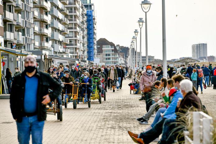 Onder meer op deze Zeedijk in Nieuwpoort is het mondmasker tijdens de paasvakantie verplicht (photo by Florian Van Eenoo/Photo News)