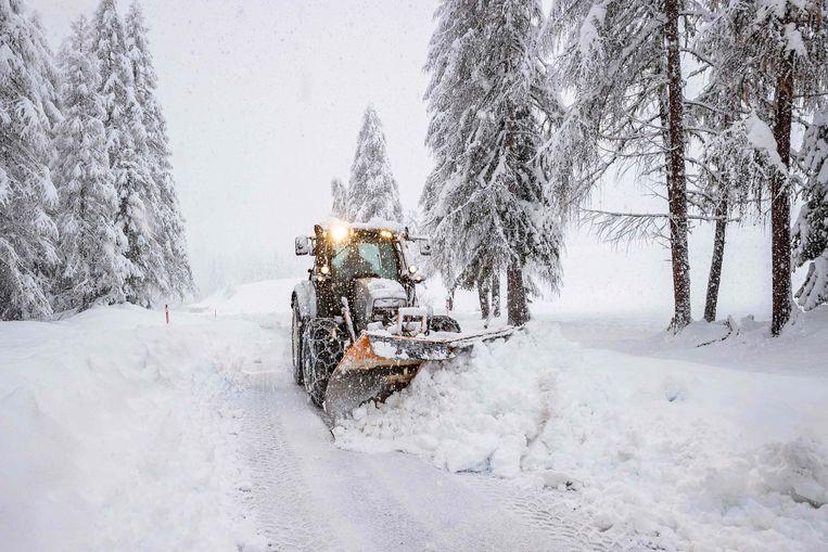 Een sneeuwschuiver probeert een weg begaanbaar te maken in Kals am Großglockner in Oost-Tirol. De hevige sneeuwval en stormachtige wind in dit gebied hebben de kans op lawines doen toenemen.  Beeld AFP