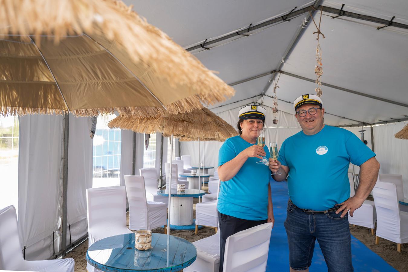 Christa en Chris zijn er helemaal klaar voor in hun zelfgemaakte beachlounge.