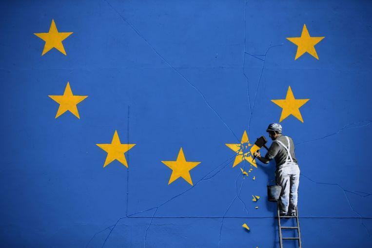 Een kunstwerk van de Britse graffiti-artiest Banksy over de brexit. Zelfs de Britten blijken positiever over de EU dan Belgen. Beeld AFP