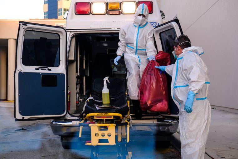 Een ambulance wordt schoongemaakt bij een ziekenhuis in de staat Florida. Beeld REUTERS