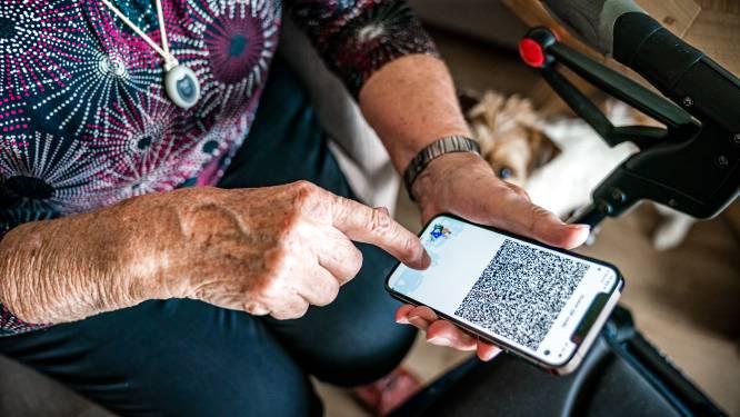 Zevenaarse ouderen krijgen hulp met coronabewijs: 'Zo'n QR-dinges... Wij weten toch niet hoe dat werkt'