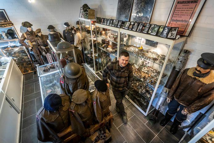 Raimondo Bogaars tussen zijn verzameling spullen uit de Tweede Wereldoorlog. Hij heeft er een waar museum van gemaakt.
