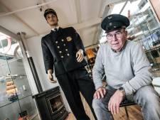 Paspop Victor showt het uniform van de conducteur: 'Een hele klus om hem aan te kleden'