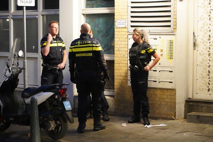 De politie heeft op straat meerdere kogelhulzen gevonden.