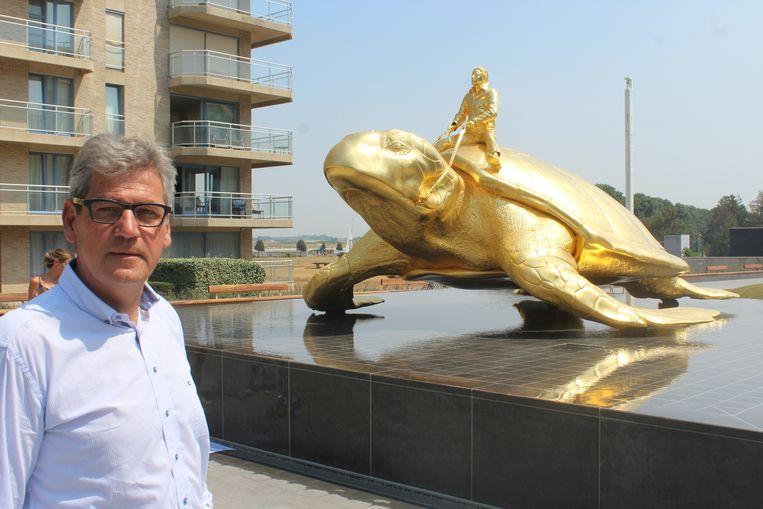 Burgemeester Geert Vanden Broucke (CD&V) bij het kunstwerk van Jan Fabre. Beeld Bart Boterman