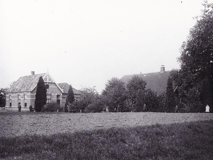 Gemeentehuis 't Stift na 1898; achter de bomen rechts het dak van de burgemeesterswoning.