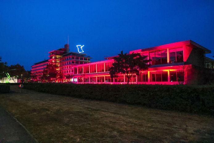 Het provinciehuis werd 11 augustus ook rood verlicht.