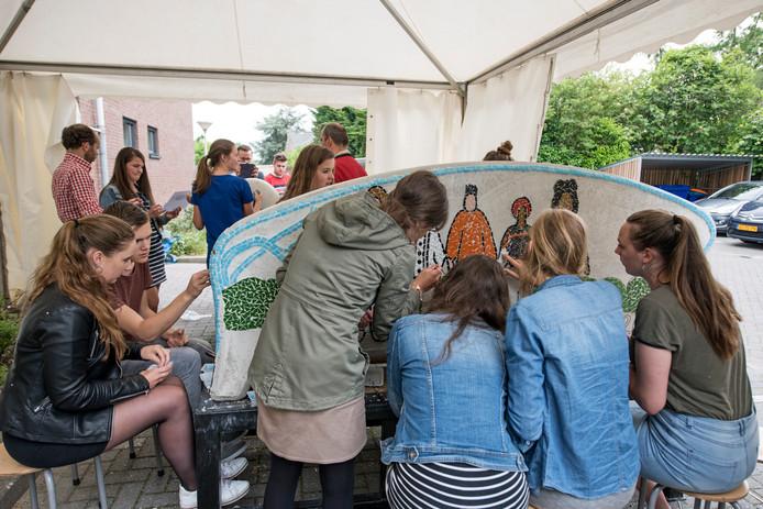 Studenten van het Hoornbeeck College in Goes eerder dit jaar tijdens het maken van een social sofa voor de wijk Goes-Oost.