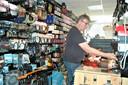 Hendrik aan het werk in zijn winkel.