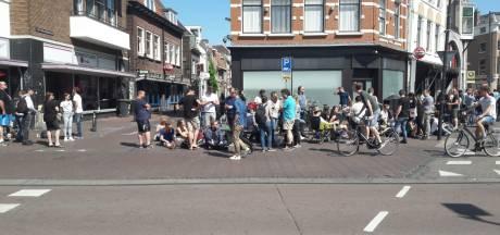 Lange rijen in Utrechtse Voorstraat voor nieuwste smartphone