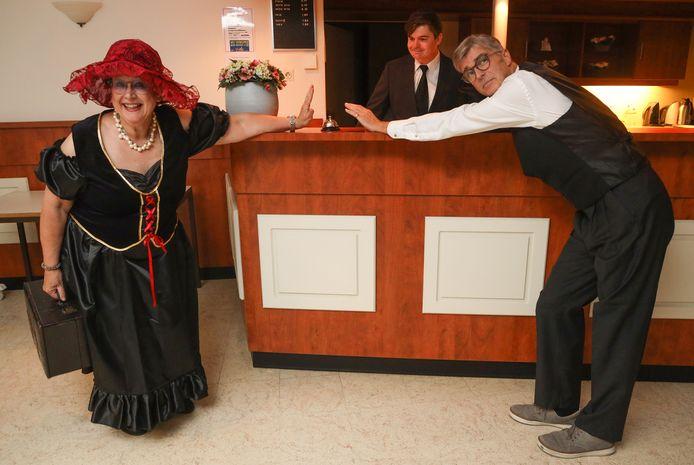 Clinclaer speelt een coronaproof stuk. Rosemary van Nieuwenhove, Bas Weemaes en Peter Kooremans (vlnr) bij de repetitie.