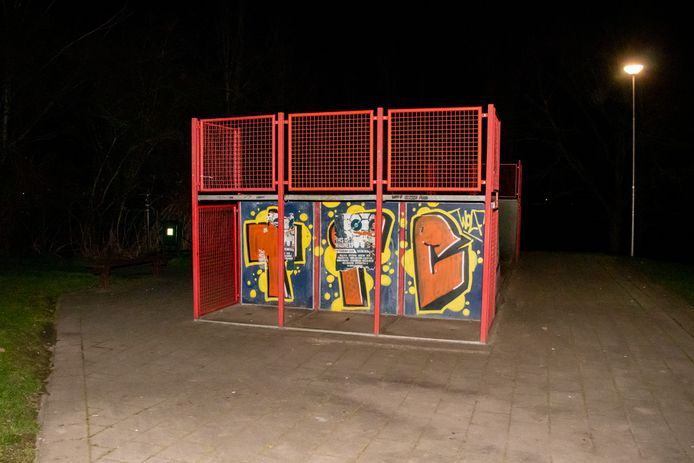 Man buiten westen bij skateparkje in Kerkdriel.