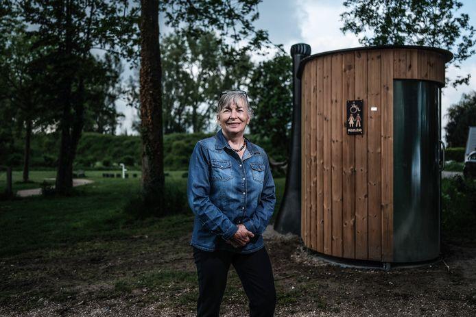Een blije Dorien Riswick eind mei, kort nadat de nieuwe wc bij recreatiegebied De Breuly was geplaatst.