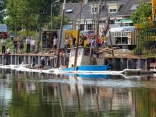Kotter verdwijnt onder water in Arnemuiden