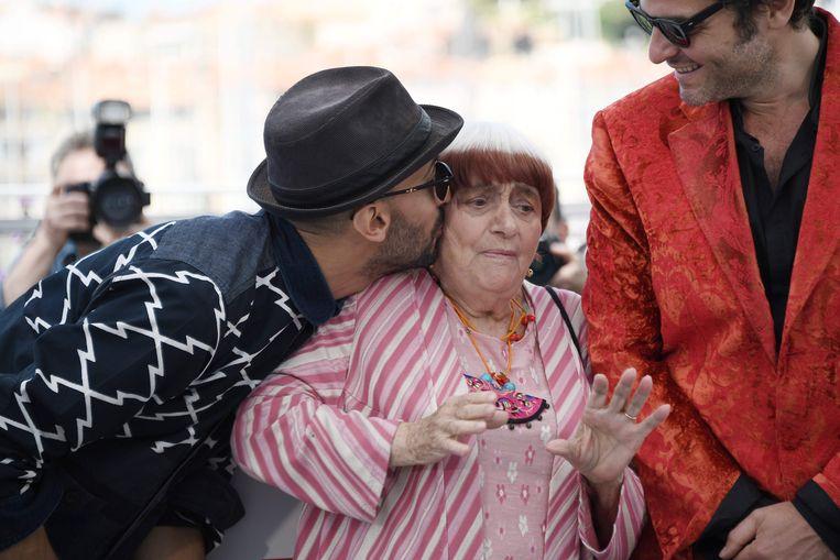 De Franse artiest/fotograaf JR (links) kust Agnes Varda bij de première van 'Visages Villages' in Cannes. Beeld AFP