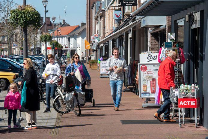 Elst, zaterdag 4 april. Volop winkelend publiek in het centrum van het dorp.