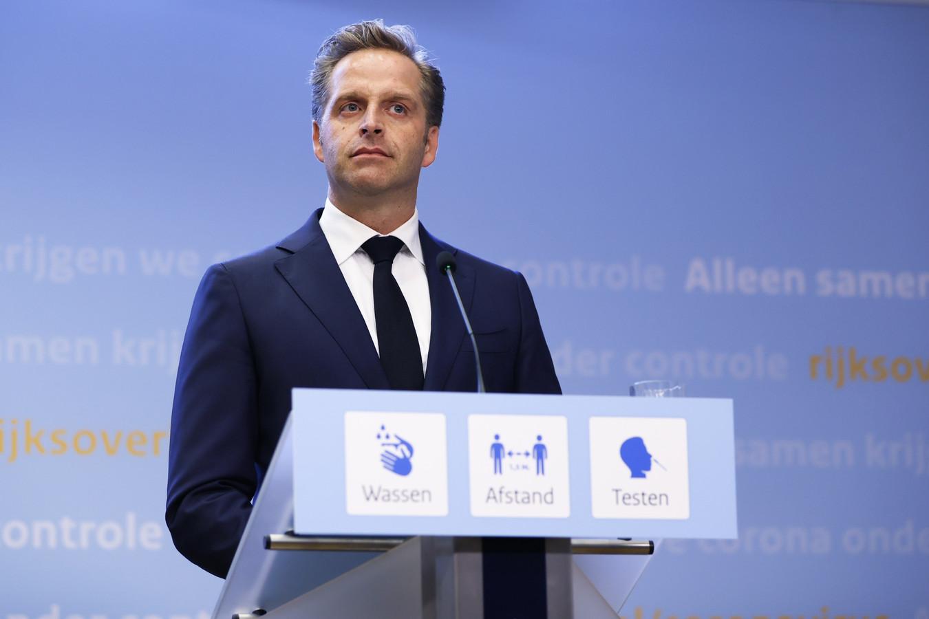 Demissionair minister Hugo de Jonge (Volksgezondheid, Welzijn en Sport) tijdens een persconferentie.
