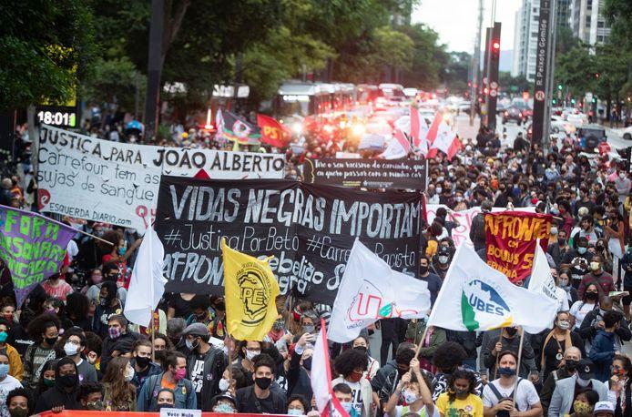 Betogers in de Braziliaanse stad São Paulo protesteren tegen de gewelddadige dood van een zwarte man donderdag in Porto Alegre.